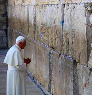 Benedicto ora ante el Muro de las Lamentaciones